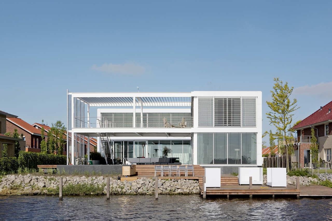 Fachada de casa moderna de lago de lujo